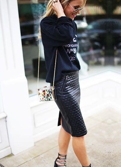 Tシャツ+レザースカート。素敵な40代の着こなし術♡アラフォー レザースカートおすすめコーデ術です。