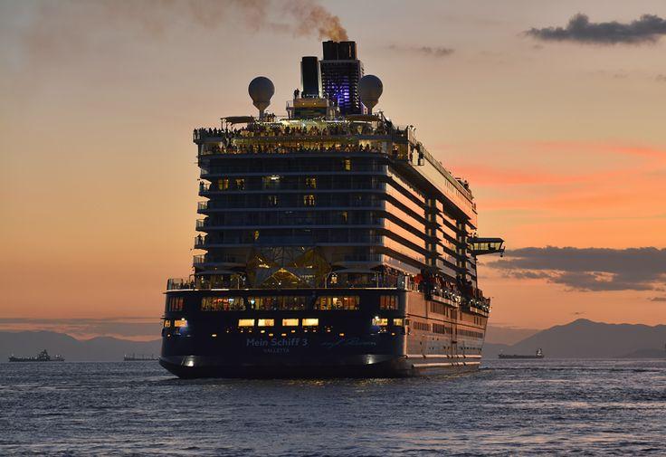 Το Mein Schiff 3 αποπλέει σούρουπο από τον Πειραιά. 13/10/2015.