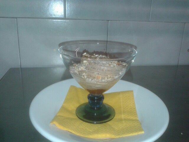 Mousse al cioccolato con bottone di marmellata di albicocche e graniglia di fondente 72% e nocciole tostate