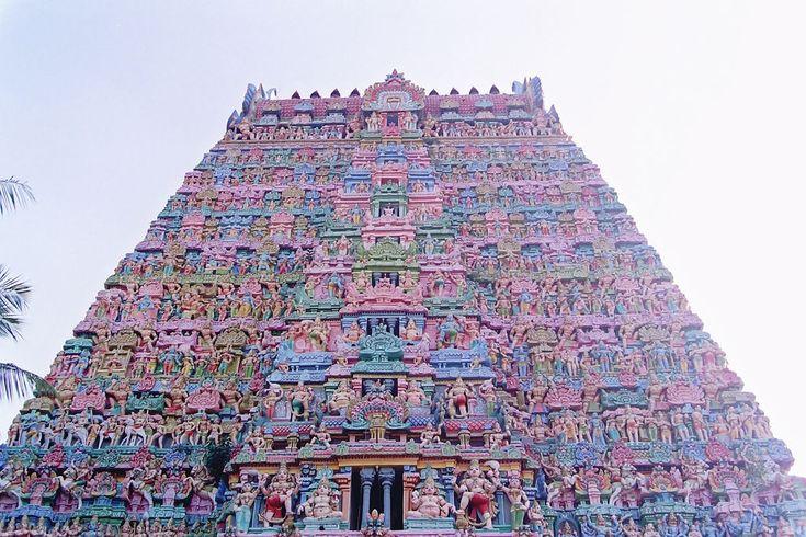 Kumbakonam a un primo sguardo Kumbakonam appare come l'ennesimo abitato indiano sorto intorno a un incrocio , ma a mano a mano scoprirete i suoi templi , disseminati nella citta' e capirete di essere giunti in quella che in epoca medievale era la sede del potere dell'india del sud. Kumbakonam puo' essere raggiunta con una piacevole escursione in giornata da Thanjavur , e si rivela una comoda base per esplorare le localita' costiere del Delta del cauvery .