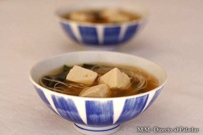 Sopa de miso con tofu y fideos de arroz