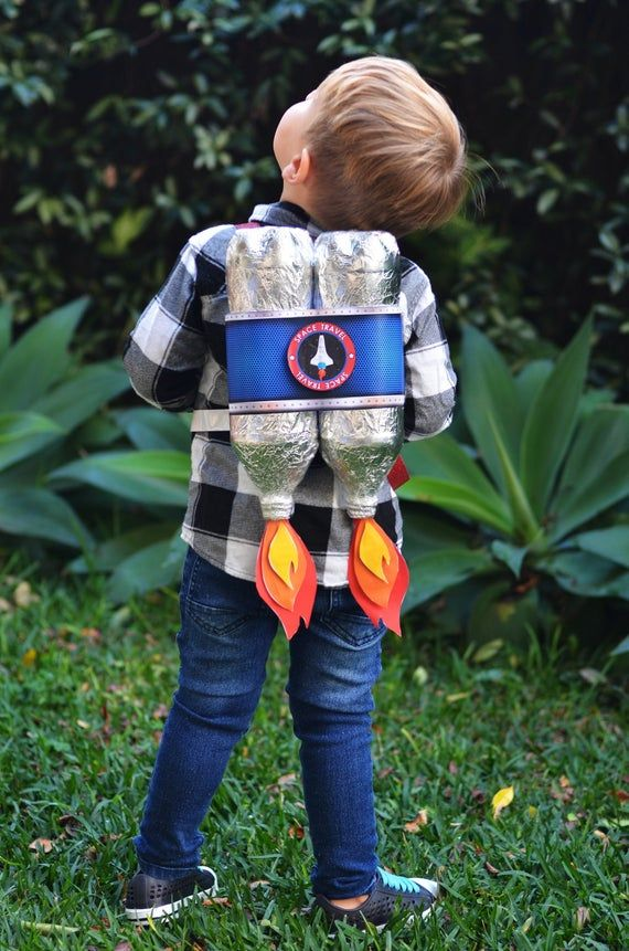 How awesome is this Jetpack! Best part is, it is SO easy to make! Just print out the design, cut and glue - DONE! Recycled Toys, Recycled Bottles, Recycle Plastic Bottles, Space Party, Space Theme, Diy For Kids, Crafts For Kids, Cardboard Recycling, Paper Stars