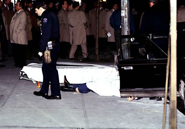Paul Castellano's body lies in front of Sparks Steakhouse ...