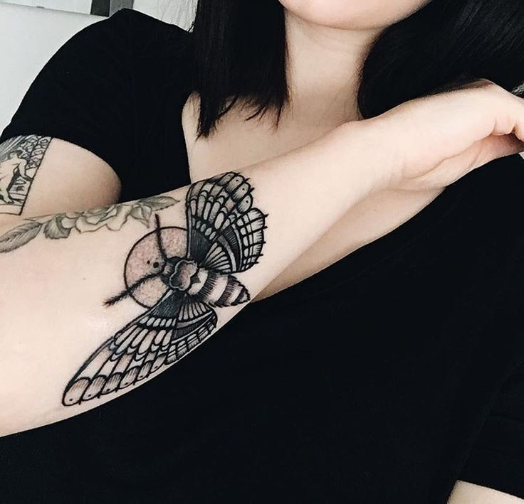 12 Tolle Kleine Tattoo Ideen Fur Frauen Frauen Fur Geometric Tattoo Kleine Kunstler Tatouage Tatouage Dis In 2020 Cross Finger Tattoos Tattoos Tattoos For Women