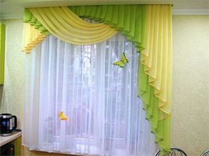 Волнистые желто-зеленые шторы для кухни