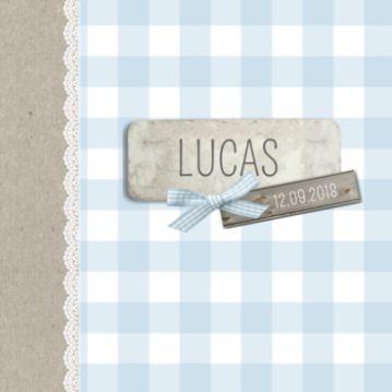 Klassiek geboortekaartje met lichtblauwe ruitjes en labels