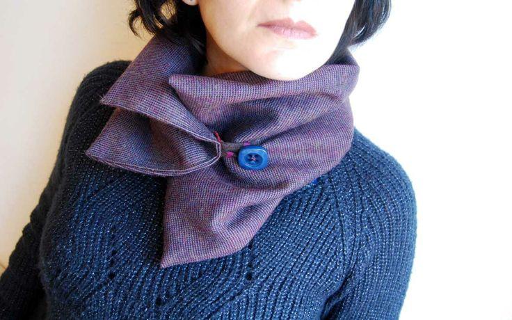Scalda collo in lana rasata viola con bottone vintage