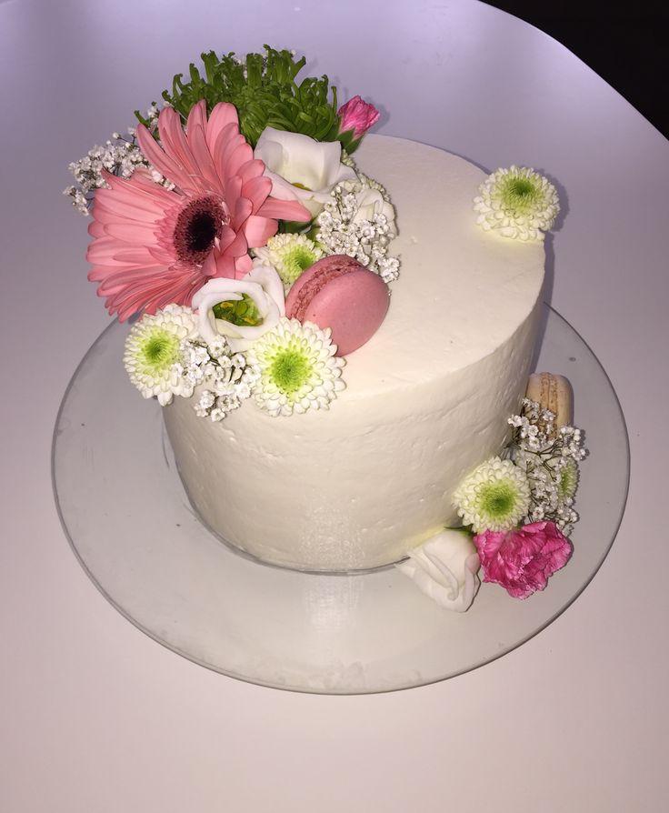 Spring cake #freshflowers #macarons