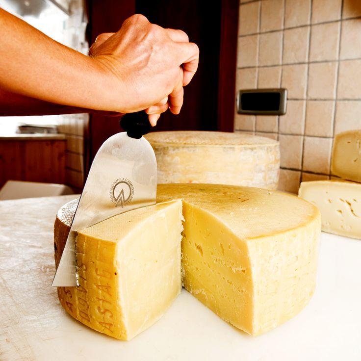 Chi ne vuole un pezzettino? Buona giornata #cheeselovers! #AsiagoCheese #Asiago