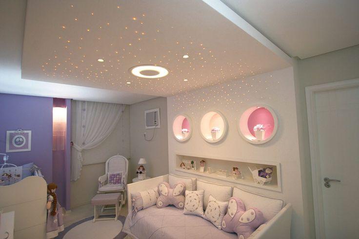 A fibra ótica tem sido muito usada para construir cenários e criar desenhos em quartos infantis. Neste dormitório, o teto estrelado foi projetado por Kátia Ocampos, com projeto luminotécnico de Light Design Campo Grande.
