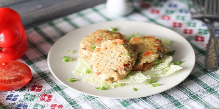 Вкусные, сочные и нежные рыбные котлеты с овощами идеально подойдут на ужин или на обед к любимому гарниру. Ингредиенты: филе рыбы – 500 г, греческий йогурт – 35 г, сладкий перец – ½ шт., помидор – 200 г, яйцо – 1 шт., рисовая мука – 60 г, зеленый лук – по вкусу, специи – по вкусу, оливковое масло – для жарки.
