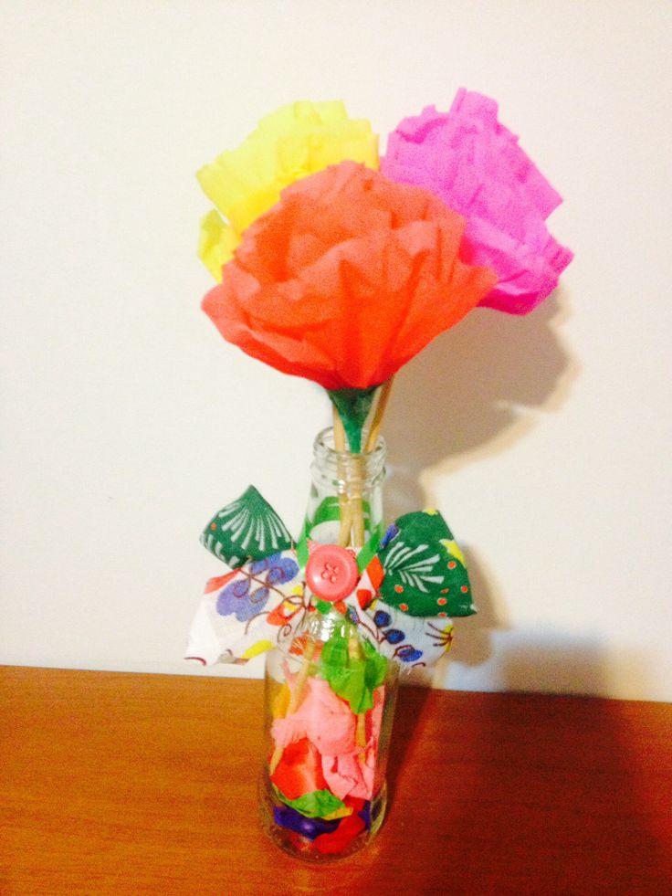 Vaso de flor Feito com garrafas recicladas de cerveja e flores de papel crepom Ideal para  -> Decoração De Flores Festa
