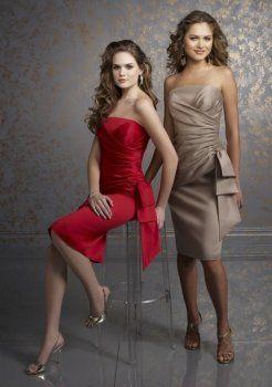roten kurzen Kleid Brautjungfer