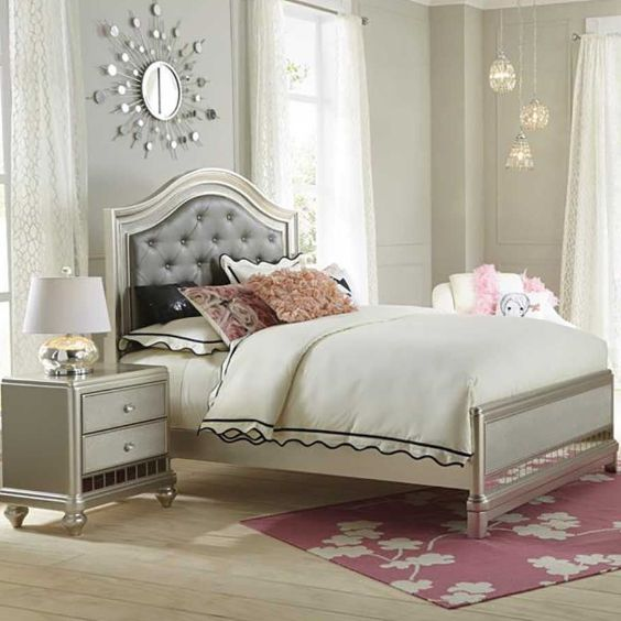 Transform your little girl's bedroom into a room fit for a star with the Lil Diva Bedroom Collection.