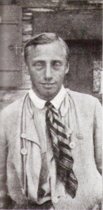 Paul Preuß vor einer Berghütte um 1910