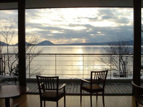札幌に嫁いだ友人を訪ねて冬の北海道へ。美味しい料理とお酒そして楽しいおしゃべりができれば<br />o(*^-^*)oニコ他には何もいらないのだけれど、今回は夫に薦められて支笏湖の秘湯丸駒温泉へ!そして、ちょっと変わった札幌観光もプラス…