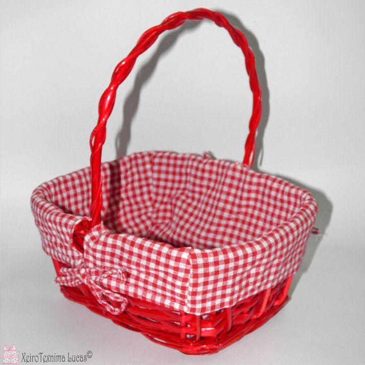 Κόκκινο καλαθάκι με υφασμάτινο κάλυμα που αφαιρείται εύκολα για να πλυθεί. Red parallelogram basket with handle for packaging and Easter decoration.
