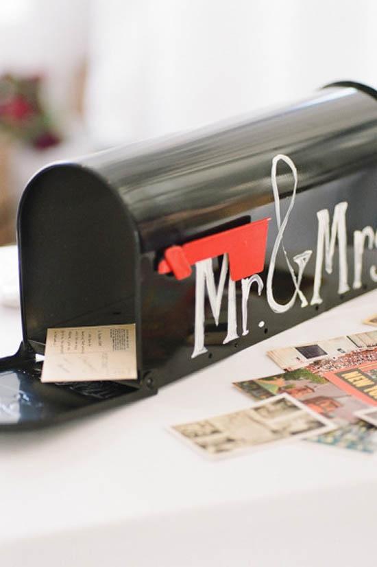 Hay maneras originales de presentar a tus invitados el Libro de Firmas. Seguro que con estos buzones y postales ellos se sentirán más creativos a la hora de dejarte unas lineas en recuerdo del día de tu Boda.