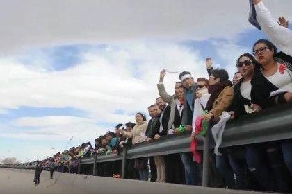 Протестующие против Трампа мексиканцы встали живой стеной на границе с США       Тысячи человек образовали живую стену в приграничном с США мексиканском городе Сьюдад-Хуарес в знак протеста против планов администрации Дональда Трампа построить стену между двумя странами. В акции приняли участие мэр Сьюдад-Хуареса Армандо Кабада и его коллега из сопредельного американского города Эль-Пасо.