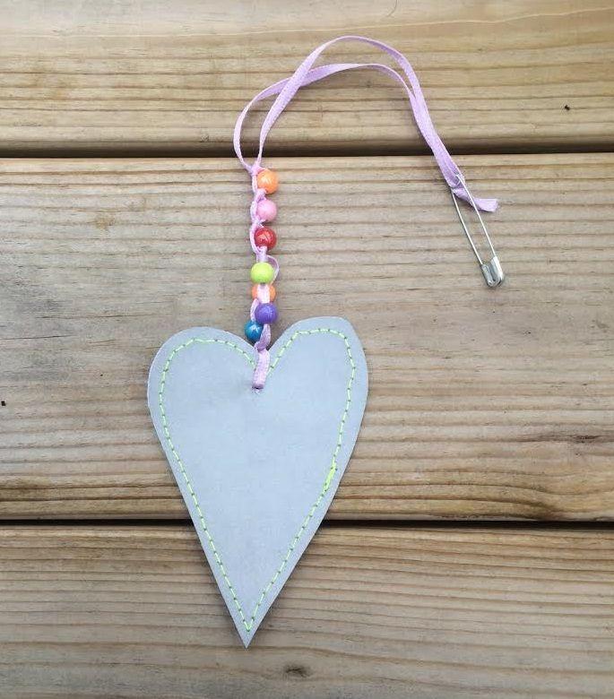 Sydän+heijastin+muovihelmillä
