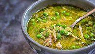 Peruánská kuřecí polévka aquadito s koriandrem a quinoou  Foto: