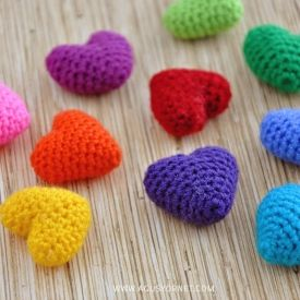 Learn how to make these tiny crochet hearts with a step by step video tutorial.✿⊱╮Teresa Restegui http://www.pinterest.com/teretegui/✿⊱╮
