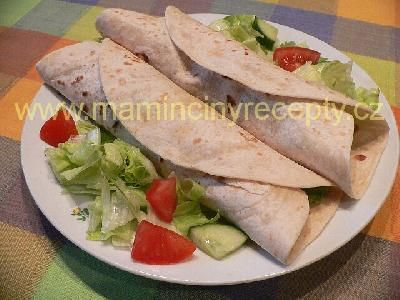 Tortilla s masem, zeleninou a dressingem