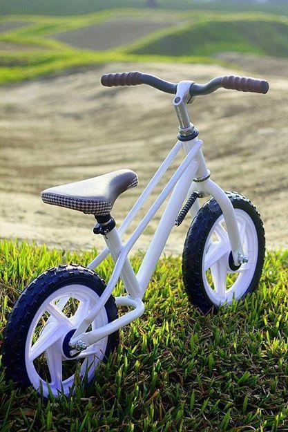 學步車 讓孩子學習獨立跨步向前 邁向自己遼闊的未來 學習 玩樂 分享   主要成分或材質:高碳鋼.紡織材料.塑膠PU .鋁合金.塑膠PVC 適用之年齡:2歲以上 原始製造國:台灣 使用方法:供孩童自行用雙腳控制方向前進.遊戲使用