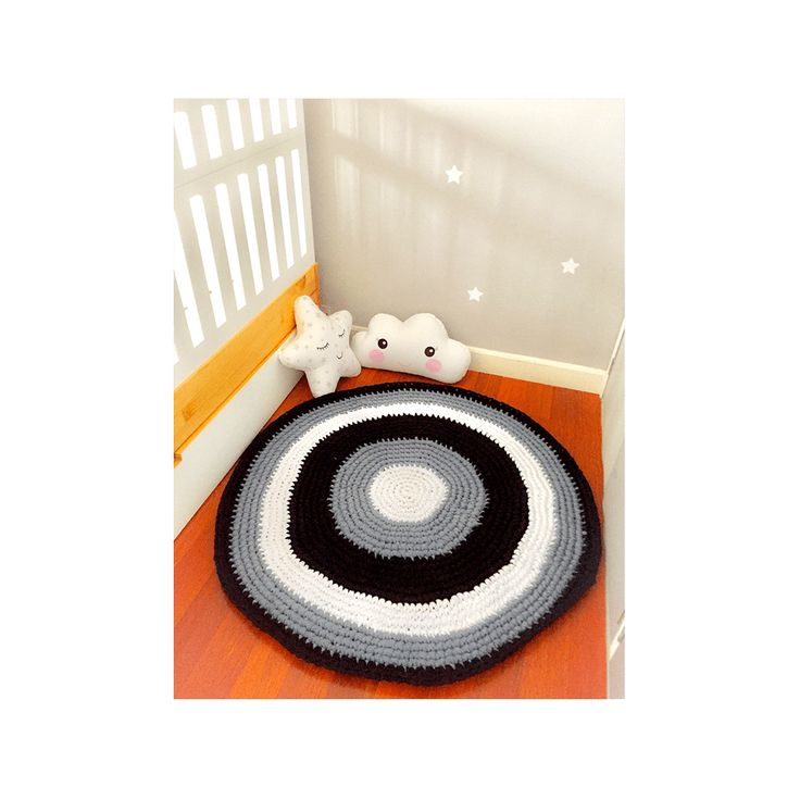Hermosa alfombra en colores negro, gris y blanco alborada en trapillo, ideal para decorar el cuarto de nuestro niño o niña, o para cualquier espacio de tu hogar, los colores son de acuerdo a la disponibilidad.