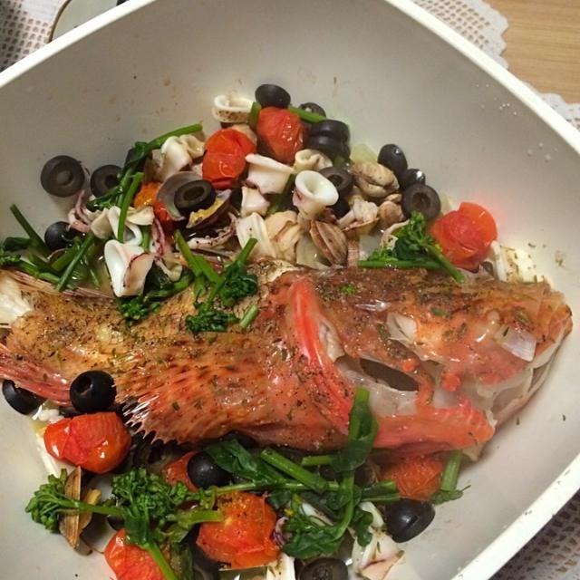 新潟県は寺泊の漁港で魚をGET。 活きのいいカサゴでアクサパッツァをつくった。  カサゴ、美味いねえ。 - 18件のもぐもぐ - カサゴのアクサパッツァ by kucyane