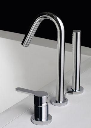 Les lignes épurées et bien définies de cet ensemble mitigeur et douchette à poser de la collection KLAB de Treemme sont une parfaite combinaison de tradition et d'innovation pour un espace contemporain. KLAB se décline en mitigeurs pour lavabo à poser ou à encastrer, mitigeurs lave-mains, mitigeurs bain-douche, mitigeurs de douche apparents ou encastrés, pommes de douche et colonnes de douche. Les mitigeurs de la collection KLAB sont fabriqués en laiton chrome, nickel brossé, noir et blanc.