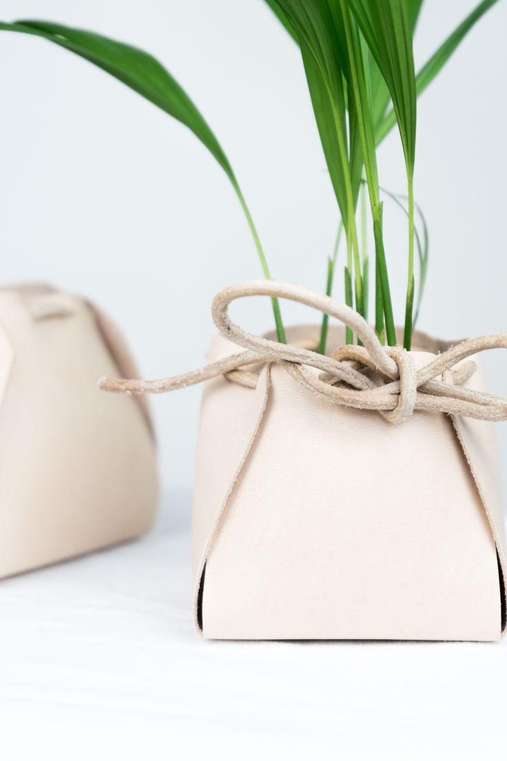 DIY Wohnen: Leder Pflanzen Übertöpfe selber machen - ohne Nähen oder Kleben! Tutorial auf schereleimpapier.de | DIY Deko | DIY Ideen mit Pflanzen | Basteln | Interior | Basteln für den Frühling | #diy #diyhomedecor
