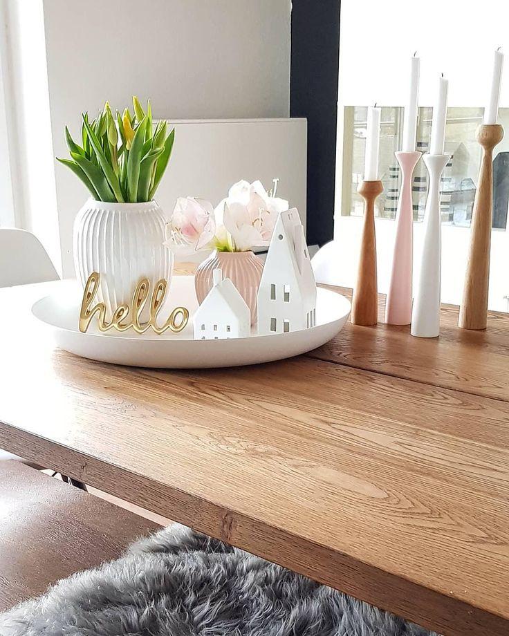 Deko-Accessoires und wunderschöne Kerzen sorgen auf diesem Esstisch für das ge…