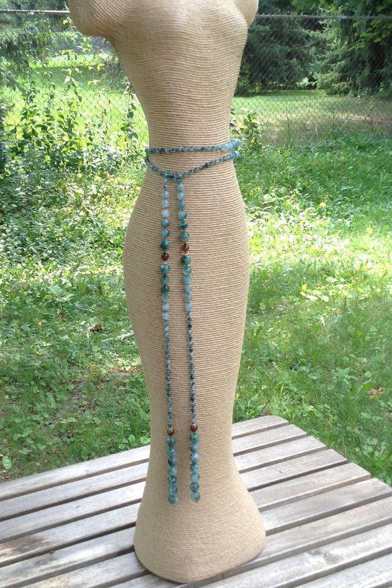 Hice esta bufanda freestyle collar/correa con perlas de caramelo Verde Facetada natural jade. Las facetas reflejan la luz muy bien y hacen este pedazo muy único para usar durante el día o la noche.  Su una pieza muy cómoda de la joyería y usted puede utilizarlo de muchas maneras diferentes. Como un collar puede envolver alrededor del cuello y hacer un nudo en o simplemente dejarlo flotando. Como un cinturón simplemente envuélvalo alrededor de su cintura y dejarlo flotante y le dará un bello…