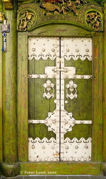 Puerta verde. Gorgeous green doors with ornate silver hardware