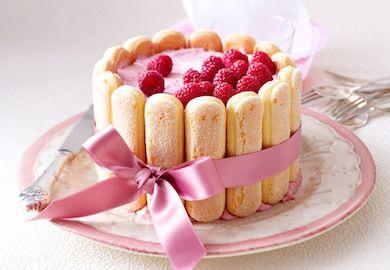 Fransız Usulü Şarlot Pasta annelerimizin günlerde yaptıklarına pek benzemiyor. Çok fazla malzeme karışımının olmadığı gayet sade ve lezzetli bir tarif.