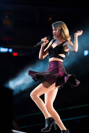 Taylor performing New Romantics during the 1989 World Tour in East Rutherford night two 7.11.15