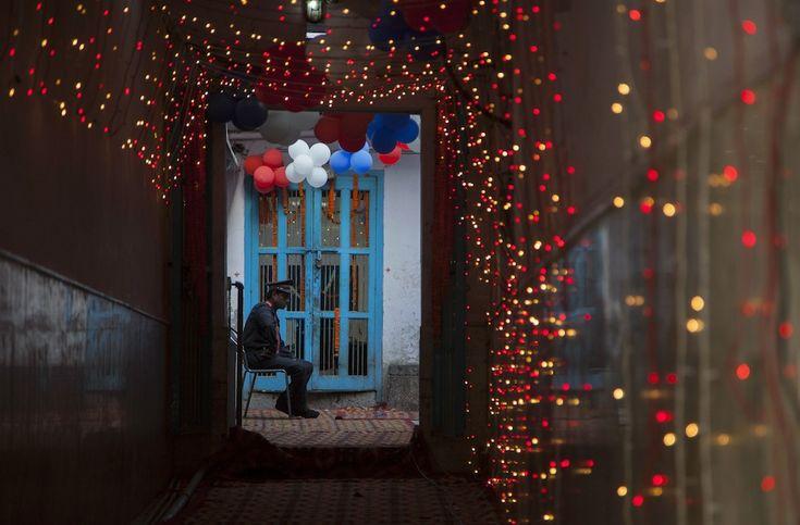 IlPost - New Delhi, India - Una guardia di sicurezza privata seduta nel cortile di un tempio a New Delhi, India (AP Photo/Tsering Topgyal)