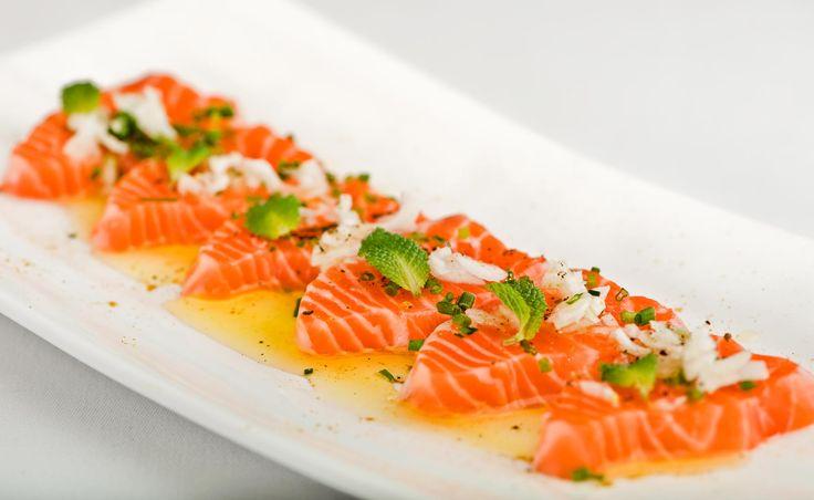 Salmon en salmuera. Receta Navideña con salmon ahumado noruego. Salmon, cebolla, cebollino, pimienta negra, hojas de menta, sal ahumada,aceite y curry.