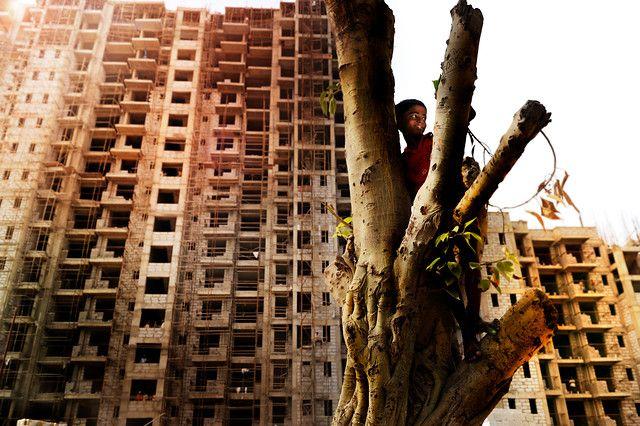 Aniket (10 jaar) woont in de sloppenwijken van Delhi. Hij droomt ervan om architect te worden, zodat hij mooie huizen kan bouwen voor zijn familie. Photo: Chris de Bode
