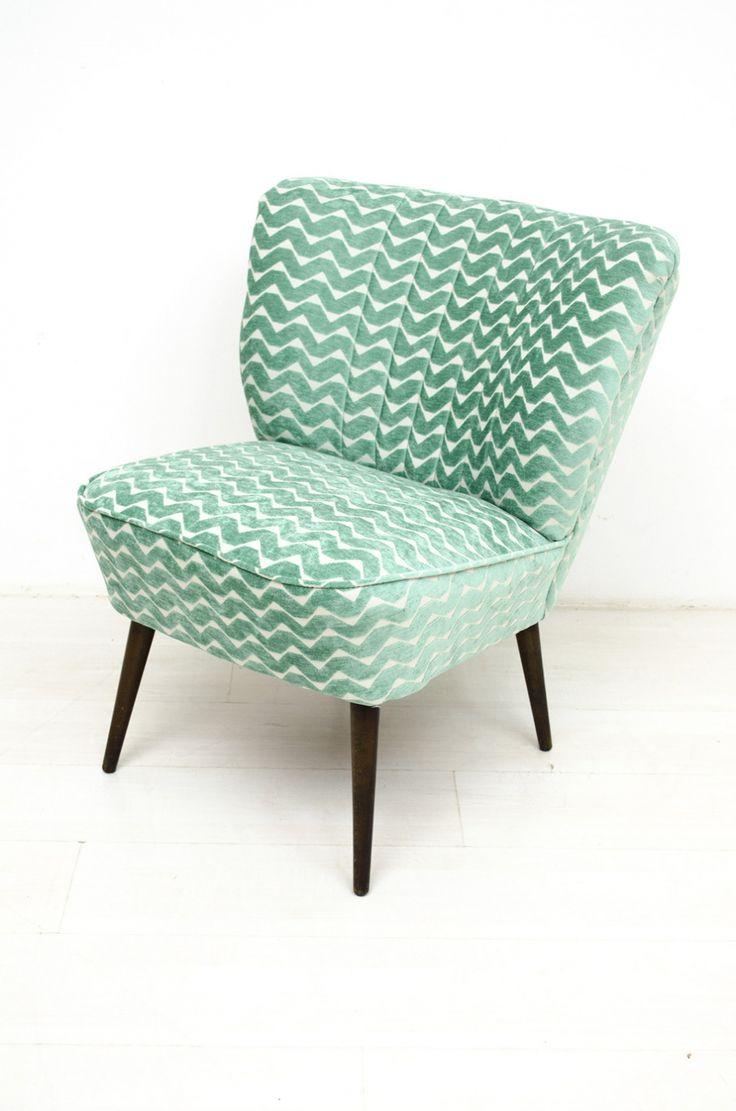 Leuke cocktailfauteuil met een mooie vorm. Deze fauteuil is comfortabel en is opnieuw bekleed met groene grafische stof.    In goede gerestaureerde vintage staat.