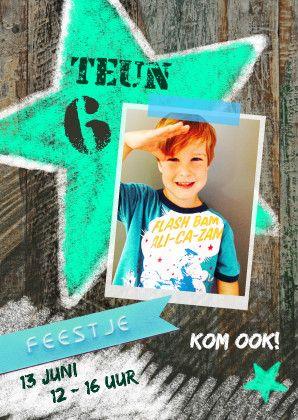Hippe uitnodiging voor een kinderfeestje van een jongen! Met een afbeelding van een graffiti ster op print van hout / sloophout. Te vinden op: https://www.kaartje2go.nl/uitnodigingen/feest-jongen-ster-foto
