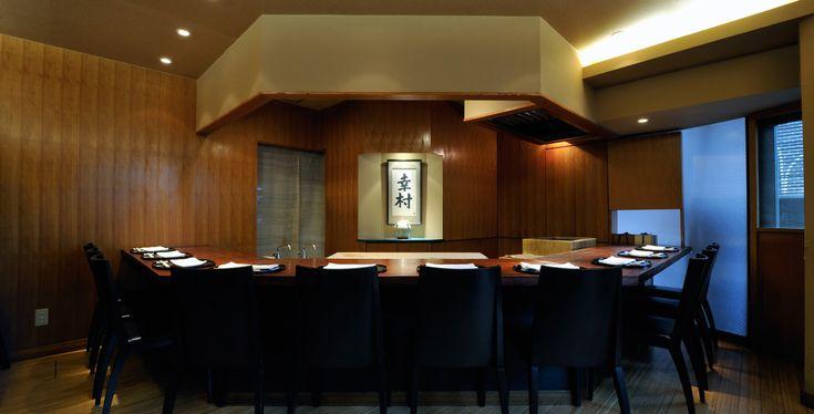 """麻布 幸村(和食   東京)ケンゾーエステイトが楽しめるレストラン:京料理とナパワインによる、深遠なる美味の世界を堪能。東京・麻布十番に店を構えて、早10年。東京に居ながら、京の味を堪能できる日本料理店として、開店以来、客足が途絶える事はありません。店主・幸村純(ゆきむらじゅん)氏は、京都で25年間研鑽を積み、名店の料理長をも務めた人物。その経験を活かし、伝統的な京料理を基盤に、旬の極上食材を大胆に用いた四季折々の名物料理を供します。夏は美山の鮎、秋は松茸を鱧で包んだ炭火焼、冬は丹後の間人蟹、春は丹波の花山椒と牛肉のしゃぶしゃぶ。どれも個性溢れる食材ですが、真っ向から向き合い、基本をしっかり踏まえた上で、独自のアレンジを加えた""""幸村料理""""は魅力的です。 そんな料理と、ぜひ合わせてほしいのが、『ケンゾー エステイト』のプレミアムワインです。豊かな果実味が心地良い赤の『紫鈴rindo』や芳醇な味わいの白の『あさつゆasatsuyu』など、どのワインも料理とぶつかることなく、そっと寄り添うように、それでいて、しっかりと個性も実感できる、そんな真のマリアージュをご堪能いただけます。"""