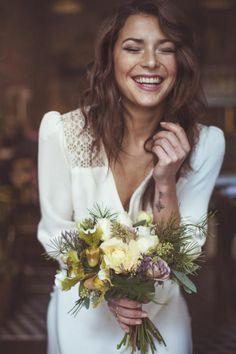 robe mariage civil hiver avec manches longs, femme mariée avec fleurs