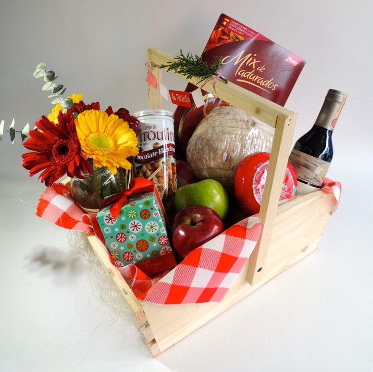 """Canasta Picnic:  """"Esta canasta tiene todo lo necesario para que pases una tarde de picnic entre quesos, vino y frutas. Solicítalo ya: Teléfono +571 2159030 - 3053336786o al correo electrónico clientes@lapetala.com.  Precio: $ 225.000"""