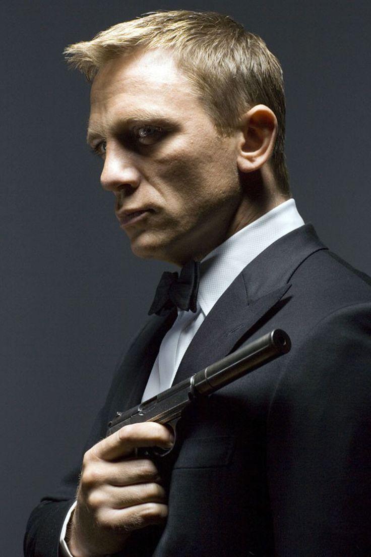 Daniel Craig ダニエル・クレイグ 007 Casino Royale カジノ・ロワイヤル 2006年 Dinner jacket Tuxedo タキシード bow 蝶ネクタイ Gun 銃 鉄砲
