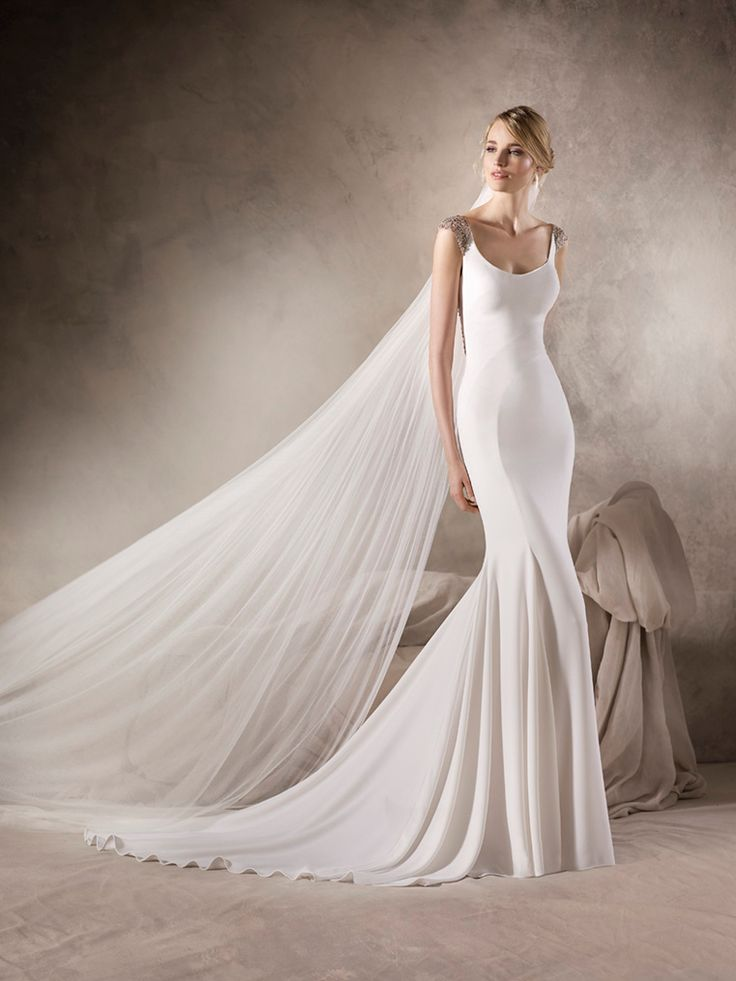 HASINA – Marvellous mermaid wedding dress in crepe with round neckline. A sparkling design with tulle and gemstone embroidery details on the shoulders and around the back.