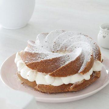 Semlor är fantastiskt i sig. Men ibland vill man göra något alldeles extra, som att kombinera en semla med en annan klassiker - sockerkaka. Det här är ett underbart och relativt enkelt recept från bloggen Hantverkaregatan där semlan både blir vacker och stor som en tårta! Testa och njut! Testa gärna också recepten på semmelkladdkaka eller vanliga saftiga semlor.