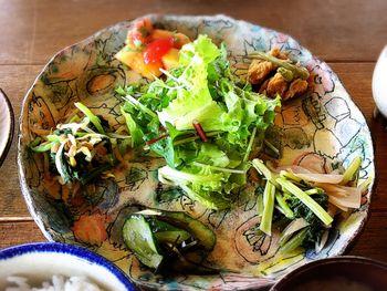 """沖縄の北部、今帰仁村(なきじんそん)の自然豊かな山奥にある「カフェこくう」は、和食とマクロビオティックが融合した""""肩の凝らない自然派料理""""を提供するお店。採れたての島野菜がやちむんの器に盛られ、心も体も癒してくれます。"""