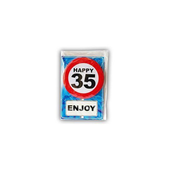 Happy Birthday kaart met button 35 jaar. Leuke verjaardagskaart voor een 35e verjaardag. Met stopbord button die de jarige zelf kan dragen.